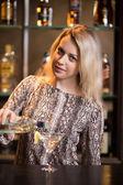 Fotografia Preparing alcohol drink at bar counter