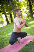 Yoga-Mann im Park