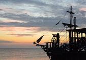 Silueta pirátské lodi při západu slunce