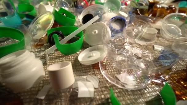 Egyszer használatos műanyag szemetet egy háztartásban. A nem újrafeldolgozható műanyaghulladék által okozott hulladékszennyezés tudatosítása. Mérgező, biológiailag nem lebomló szemét van az asztalon. Környezetvédelmi kérdések.