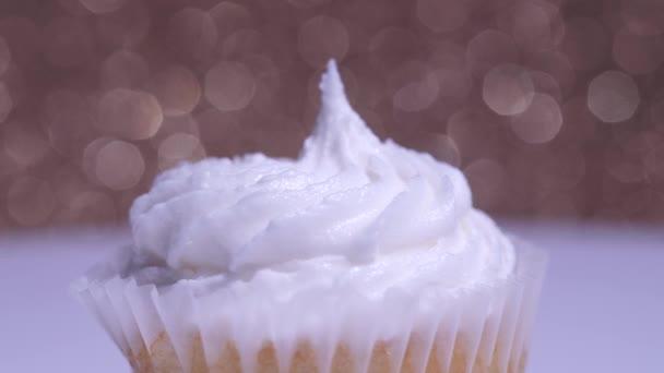 Süti extrém makró sekély mélysége mező nézet. Finom desszert muffin születésnapra vagy Valentin napra. Díszített fehér vanília cukor tejszínhabos csésze sütemények.