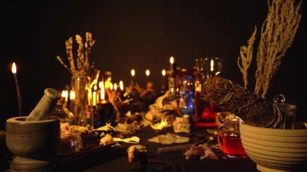 Okkult és ezoterikus varázsló csendélet. Halloween háttér mágikus tárgyakkal. Fekete gyertyák, koponya, kristálykövek és bájitalok az asztalon. Mystic boszorkányság háttér gyomok.