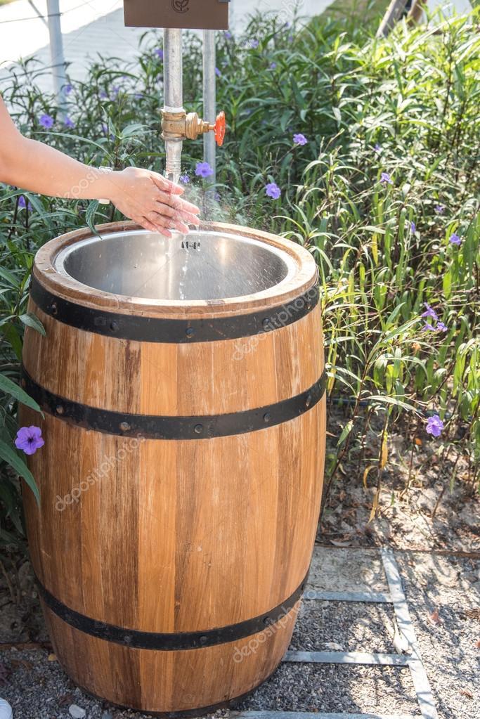 vasca di lavaggio realizzati del barilotto di legno foto stock aon168 114245472. Black Bedroom Furniture Sets. Home Design Ideas