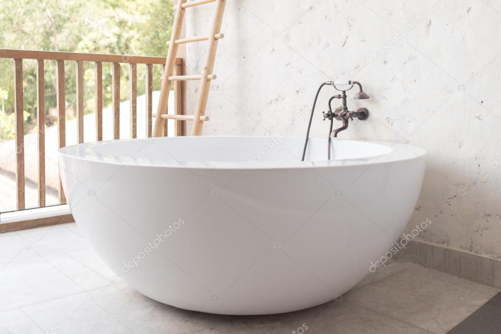Vasca Da Bagno Esterna : Vasca da bagno con rubinetto stile vintage u2014 foto stock © aon168