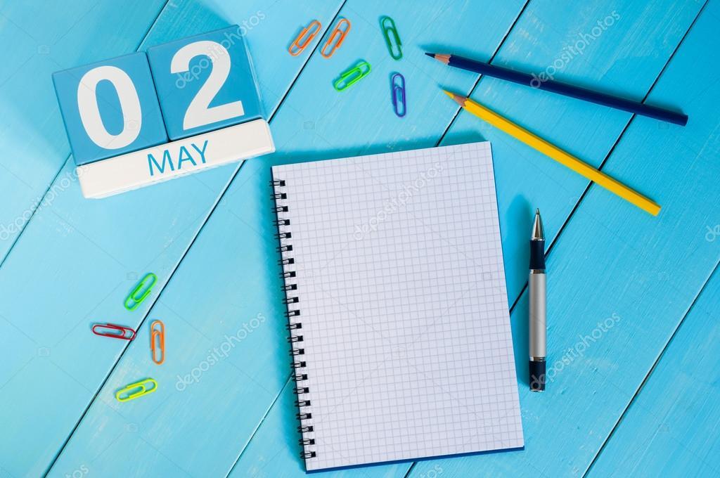2 de maio. Imagem de 2 de maio calendário de cor de madeira, sobre fundo  azul. Dia de primavera, espaço vazio para o texto. último mês da Primavera–  imagem ... f063478a1e