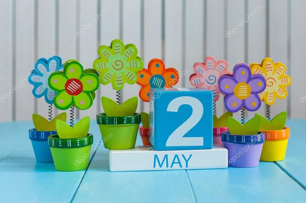 2 de maio. Imagem de 2 de maio calendário cor de madeira no fundo branco  com flores. Dia de primavera, espaço vazio para o texto. último mês da  Primavera ... 03f527dcb4
