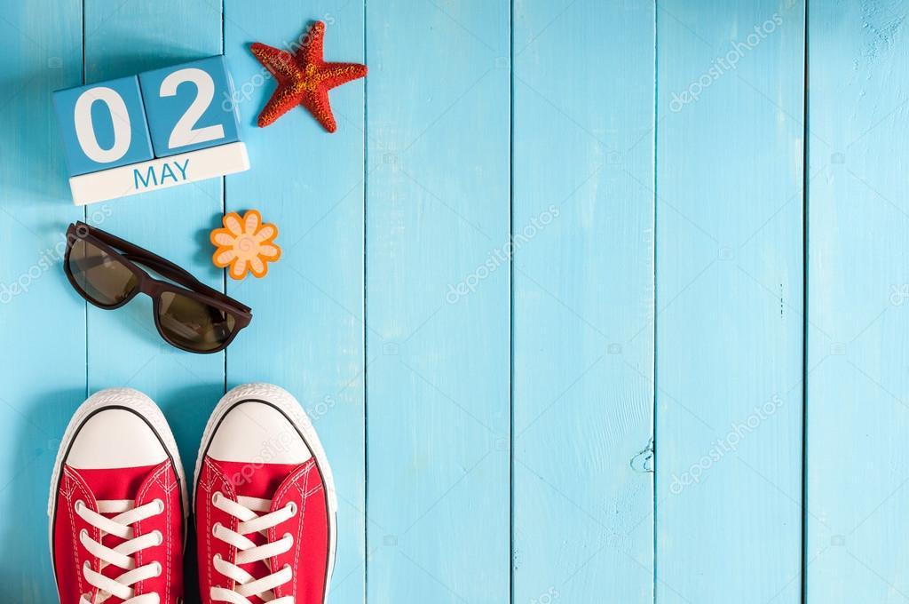 2 de maio. Imagem de 2 de maio calendário de cor de madeira, sobre fundo  azul. Dia de primavera, espaço vazio para o texto. último mês da Primavera–  imagens ... 7df74fc90f