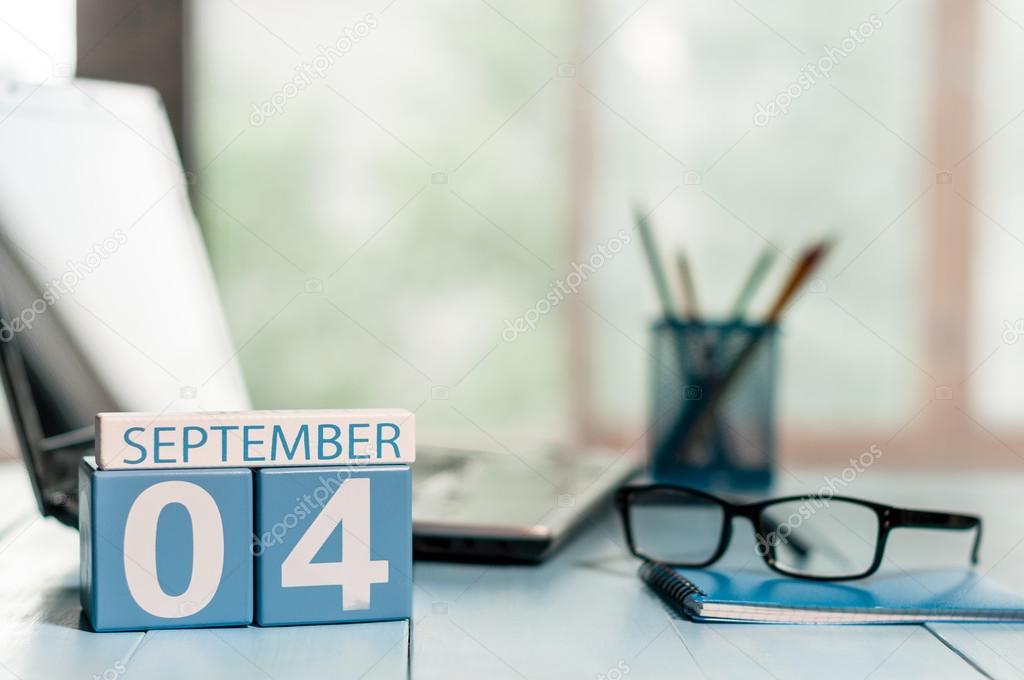 Le 4 Septembre Jour 4 Du Mois Calendrier De Couleur En Bois Sur