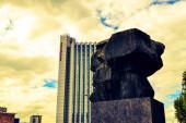 06.10.2011. Chemnitz. Ostdeutschland. Die alte ostdeutsche Stadt Chemnitz mit dem alten Namen Karl-Marx-Stadt und Karl-Marx-Denkmal bei bewölktem Wetter und sehr bewölktem Himmel.