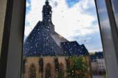 06.10.2011. Chemnitz. Regentropfen auf dem Glas und Blick auf die Kirche von innen.