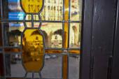 06.10.2011. Chemnitz. Buntes Vintage- und Retroglas. Blick von innen auf das Rathaus (Ratshaus) in Chemnitz.