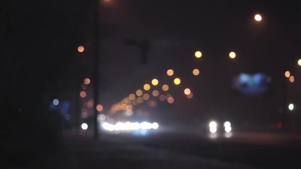 Déšť rozostření noční provoz v městě