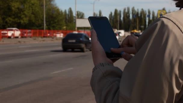 Frau-Typen auf ihrem Smartphone