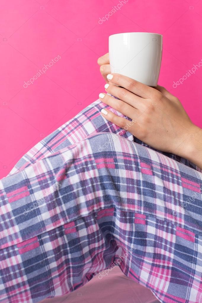Mujer en pijama con taza de café — Foto de stock © CreativeFamily ...