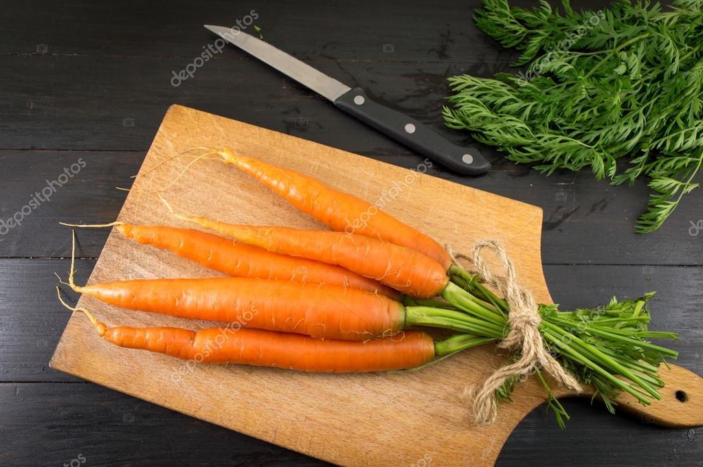 Ramo De Zanahoria Fresca En Una Tabla De Madera Fotos De Stock C Creativefamily 110997398 La zanahoria es la hortaliza perteneciente a la familia de las apiáceas de mayor consumo por sus numerosas propiedades y beneficios, así como por todos los nutrientes y vitaminas que contienen las. depositphotos