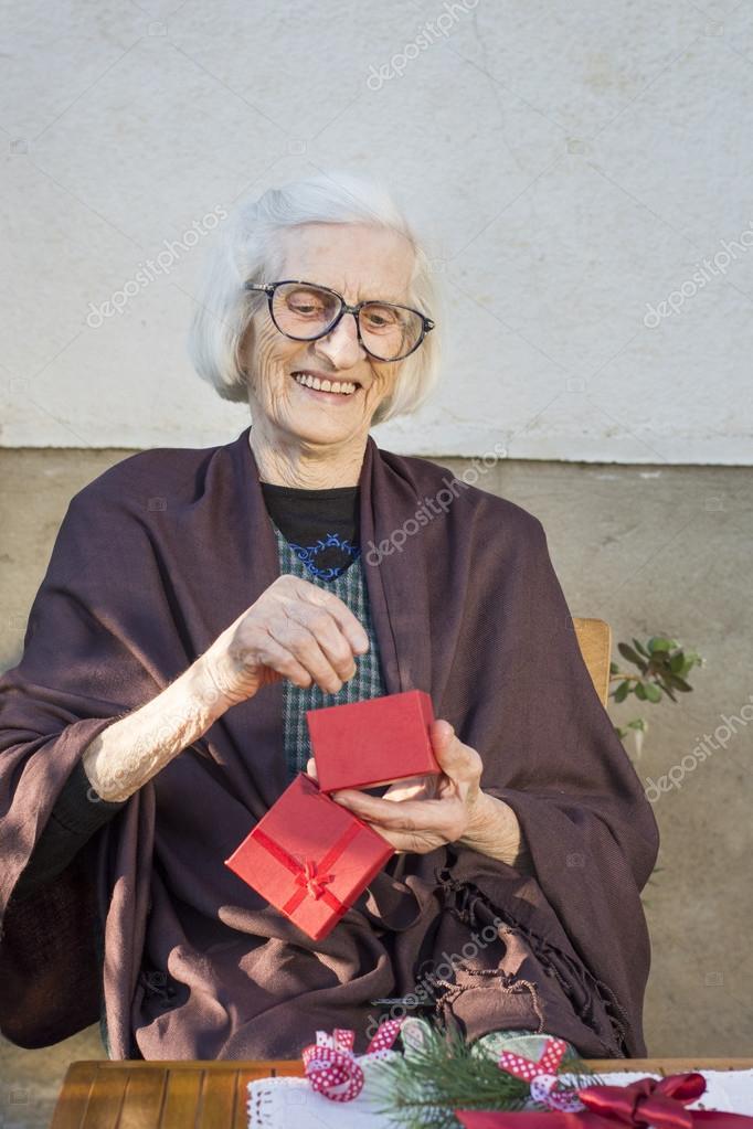 Neunzig Jahre alt Oma erhalten ihr Weihnachtsgeschenk — Stockfoto ...