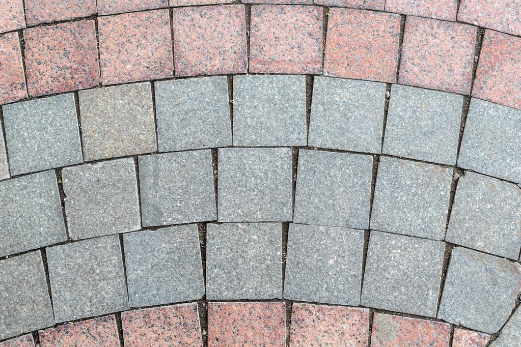 Dettaglio della pavimentazione rivestita con piastrelle quadrate