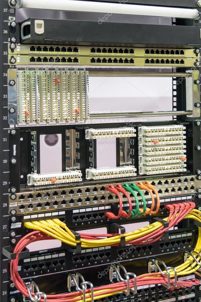 Montaje de placas y bastidores de cables en el control de gabinete ...