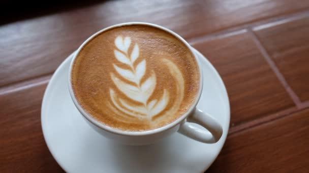 horký šálek kávy na stole, relaxační čas, ranní čas