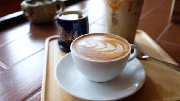 horký šálek kávy na stole v dopoledních hodinách, čas na odpočinek, káva latte