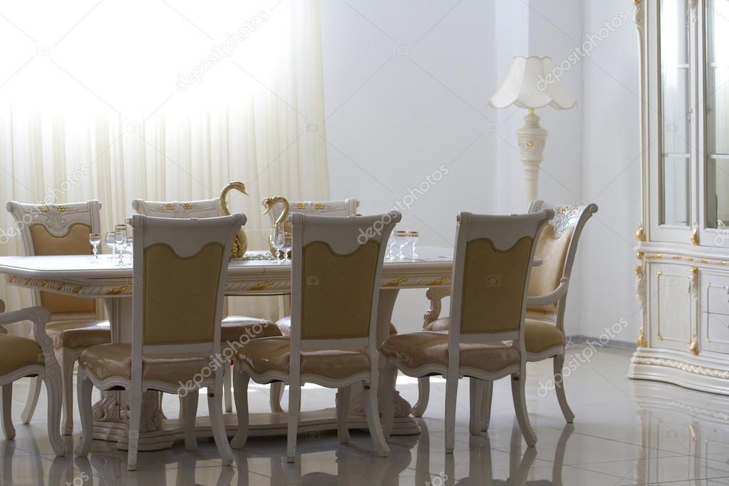 Del tavolo nella sala da pranzo con un primo piano di vetro — Foto ...