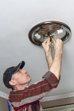 Electrical insulating contact on the ceiling lamp.