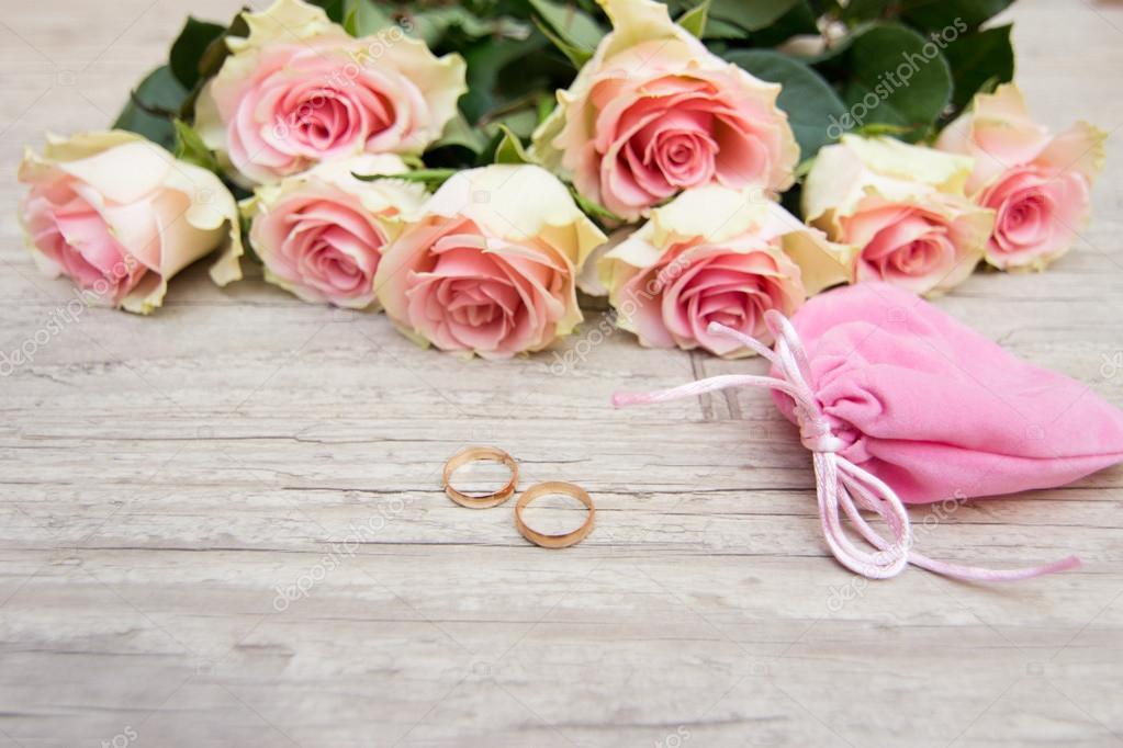 Hochzeit Ringe Und Blumen Stockfoto C Toberto 62995813