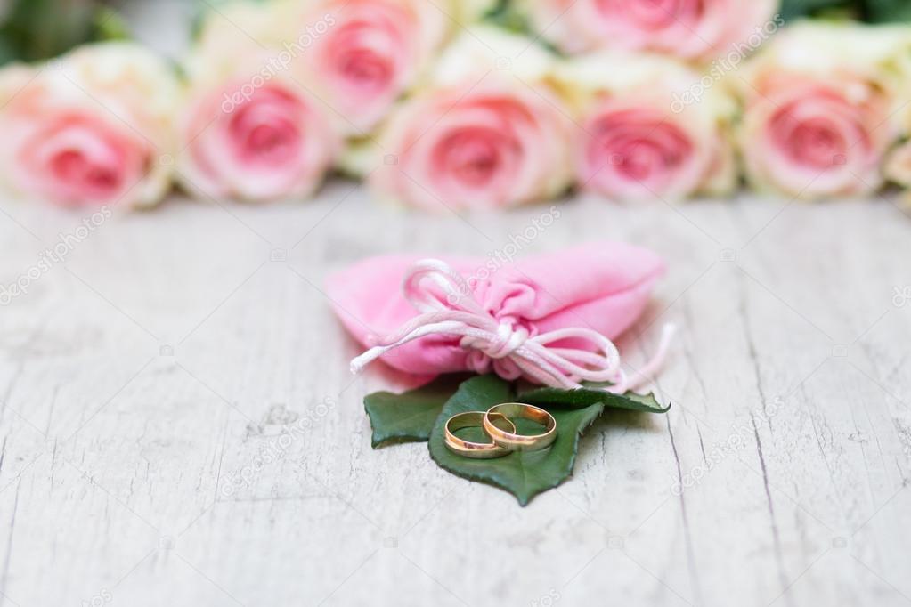Hochzeit Ringe Und Blumen Stockfoto C Toberto 62995961