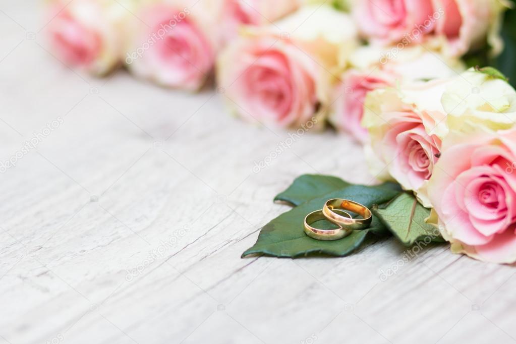 Hochzeit Ringe Und Blumen Stockfoto C Toberto 62996105
