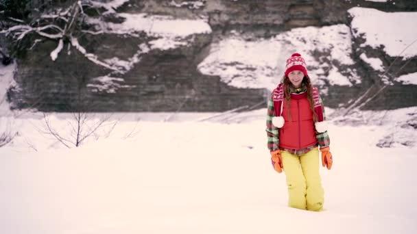 Winter. Žena padá do sněhu..