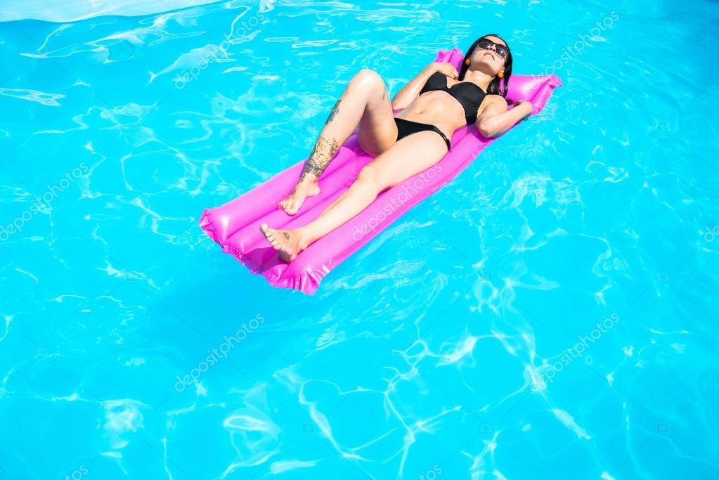 Девушки в надувном бассейне