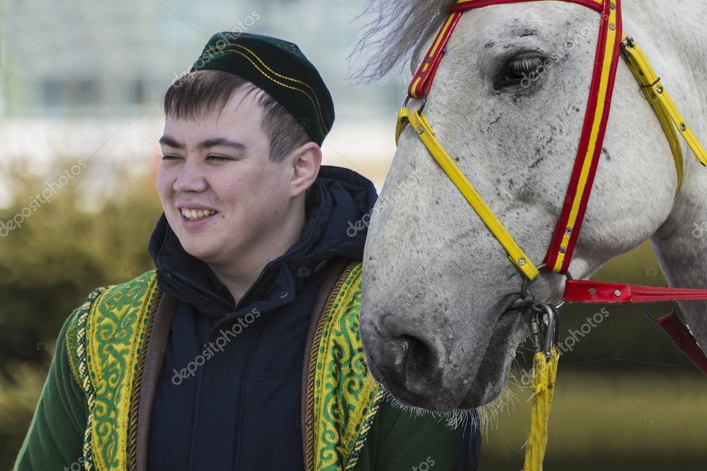 Молодой человек в казахской национальной одежде ...