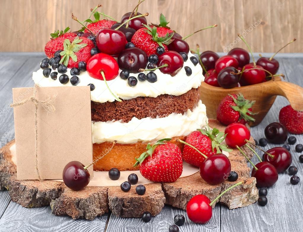 Sommer Kuchen Mit Mascarpone Creme Und Mit Frischen Beeren Auf Einem