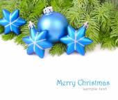 Blaue Weihnachten Kugeln und Sternen auf Ästen eines Weihnachtsbaumes auf weißem Hintergrund. Weihnachten Hintergrund