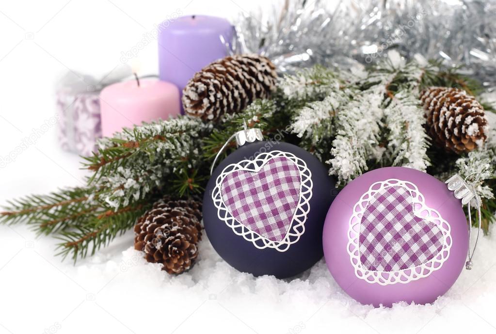 Boules de Noël violettes avec le cœur, les cônes et les bougies près ...