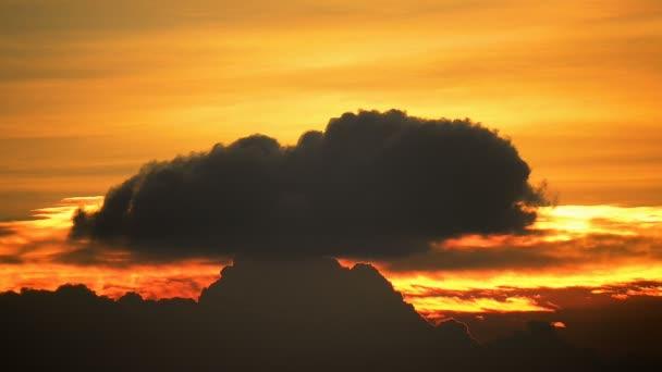 felhők lebegő a naplementekor