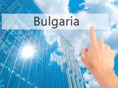 Bulharsko - ruky stisknutí tlačítka na koncepci rozostřeného pozadí