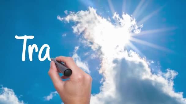 Transparentnost - koncept s ručně psaného textu na obloze. Muže, který psal. Modrá obloha s mraky časová prodleva