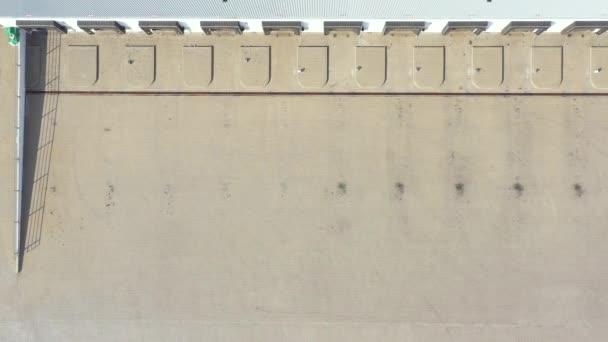 Letecký pohled na návěsy s nákladními automobily stojící u skladových ramp pro nakládku / vykládku zboží v logistickém parku