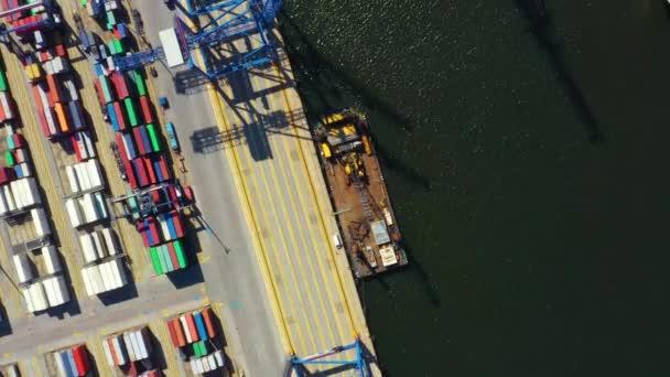 Container ship in import export and business logistic, By crane, Obchodní přístav, Přepravní náklad do přístavu, Mezinárodní doprava, Obchodní logistika koncept, Letecký pohled