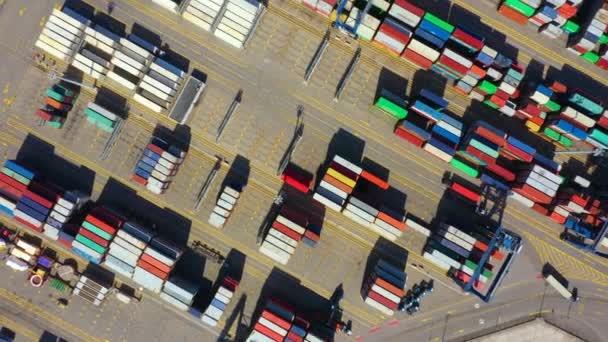 Kontejnerová loď pro vývoz a dovoz zboží a logistiku. Přepravujeme náklad do přístavu po jeřábu. Water transport International. Letecký pohled