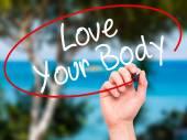 Muž ruční psaní Love Your tělo černým fixem na vizuální ob