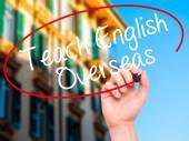 Muž ručně psaného učit anglicky zámořské černým fixem na vis