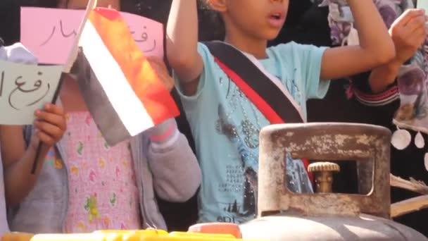 Taiz / Jemen - 10. Mai 2016: Jemenitische Kinder protestieren gegen den anhaltenden Krieg und die Belagerung der Stadt Taiz