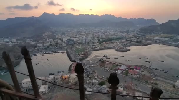 Aden / Yemen - 21 Ekim 2020: Tarihi Sirah Kalesi 'nden Aden şehri, Yemen' in en önemli arkeolojik anıtı.