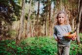 Fotografie Kinder Mädchen Natur im zeitigen Frühjahr Wald erkunden. Kinder, die Natur lieben lernen. Unterrichten von Kindern über Jahreszeiten ändern