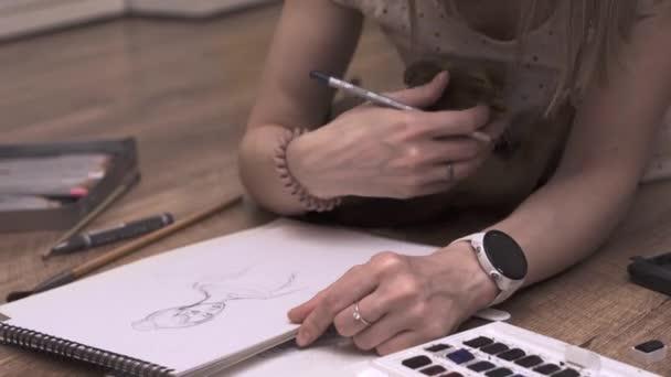 Die Künstlerin macht zu Hause mit ihrer Katze einen Sketch. Arbeit mit Haustieren