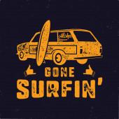 Ročník ručně kreslený letní tričko. Jel surfovat se starým surfařským autem, dodávkou a nápisem Shaka. Perfektní pro T, hrnek nebo jakékoliv jiné otisky. Skladový vektorový obrázek.