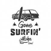 Ročník ručně kreslený letní tričko. Pryč surfování - aloha čas s surfování staré auto, van a Shaka znamení. Perfektní pro T, hrnek nebo jakékoliv jiné otisky. Skladový vektor monochromatický.