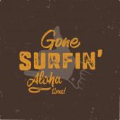 Ročník ručně kreslený letní tričko. Pryč surfování - aloha čas s surfování staré motocyklu a Shaka znamení. Perfektní pro T, hrnek nebo jakékoliv jiné otisky. Stock vektor izolovaný na grunge black backgound.